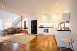 Holzboden in einer weitläufigen Küche